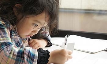 塾に行かずに家で勉強する小学生