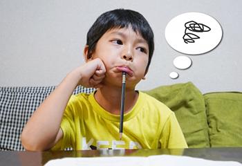 家で勉強するもやる気のでない小学生